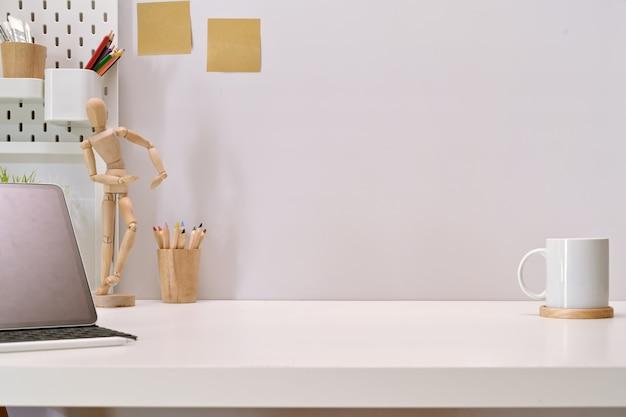 Moderne unbedeutende schreibtischarbeitsplatztabelle und kopienraum