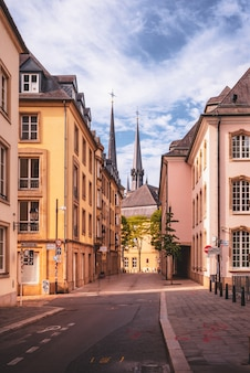Moderne und alte architektur in der stadt luxemburg