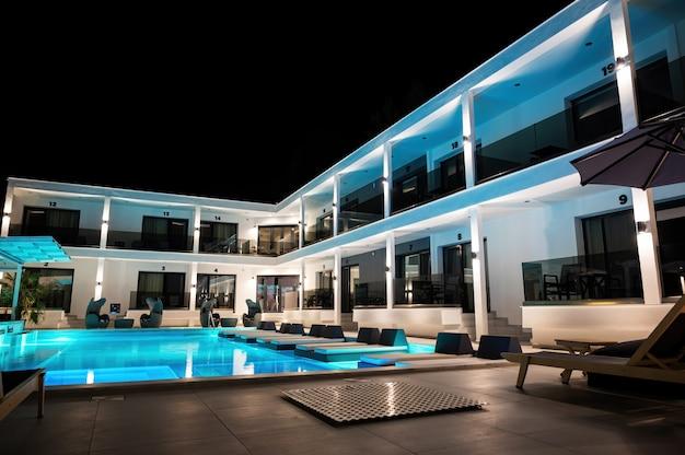 Moderne villa mit mehreren lichtern und sonnenliegen in asprovalta, griechenland
