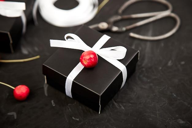 Moderne weihnachts- oder geburtstagsgeschenke einwickeln