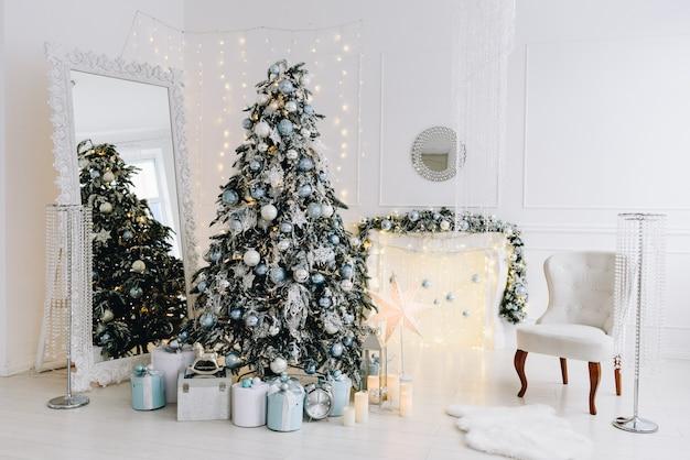 Moderne weihnachtsinnenarchitekturidee mit herrlichem weihnachtsbaum