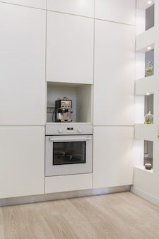 Moderne weiße küche ohne griffe