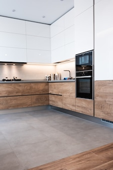 Moderne weiße küche saubere innenarchitektur. hausmannskost.