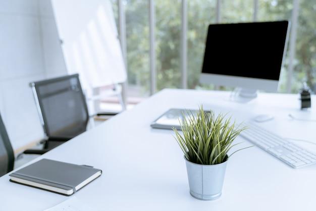 Moderne weiße schreibtischarbeitstabelle mit computerlaptop und stationär im innenministerium
