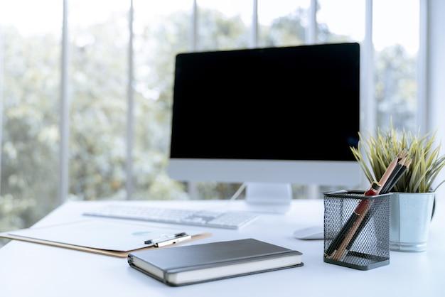 Moderne weiße schreibtischarbeitstabelle mit computerlaptopbüro
