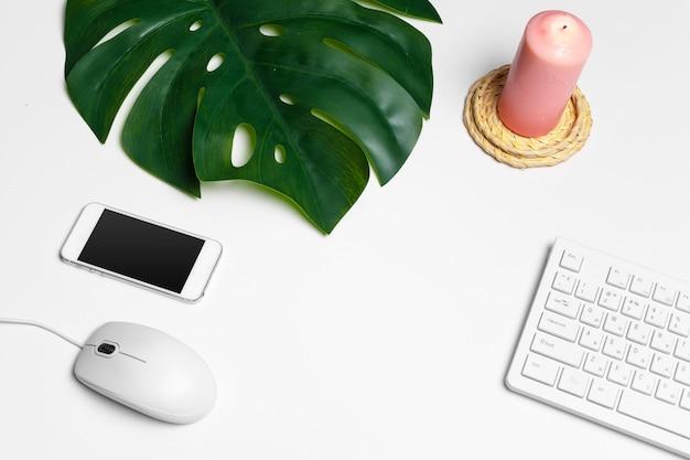 Moderne weiße schreibtischtabelle mit computertastatur und versorgungen. draufsicht mit kopienraum, flache lage.