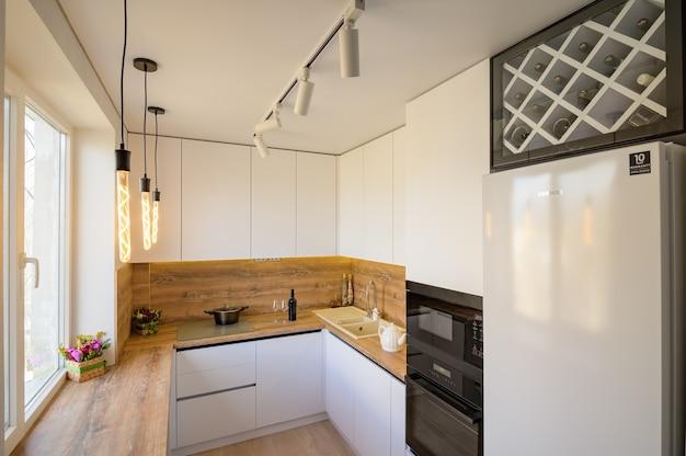 Moderne weiße und beige holzkücheneinrichtung