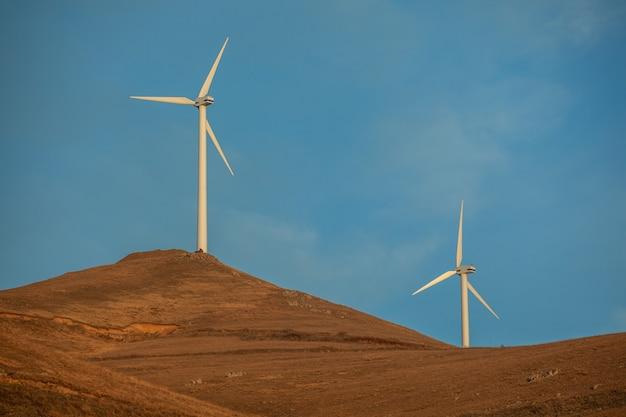 Moderne windmühlen mit blauem himmel