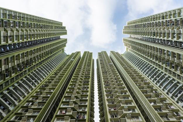 Moderne wohngebäude gegen blauen himmel. immobilien und investitionen.
