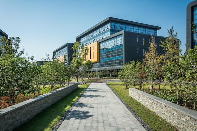 Moderne wohngebäude in einem grünen wohngebiet in der stadt