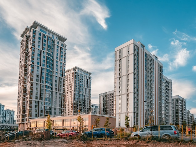 Moderne wohngegend in moskau. wolkenkratzer auf dem hintergrund des abendlichen blauen himmels.
