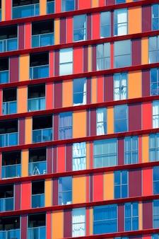 Moderne wohnhausfassade mit fenstern und balkonen rotterdam