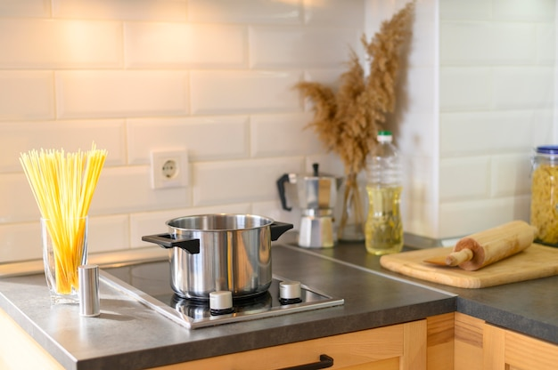 Moderne wohnküche mit nudeln aus glas