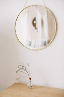 Moderne wohnkultur. kreativer arbeitsbereich. skandinavisches minimalistisches interieur.
