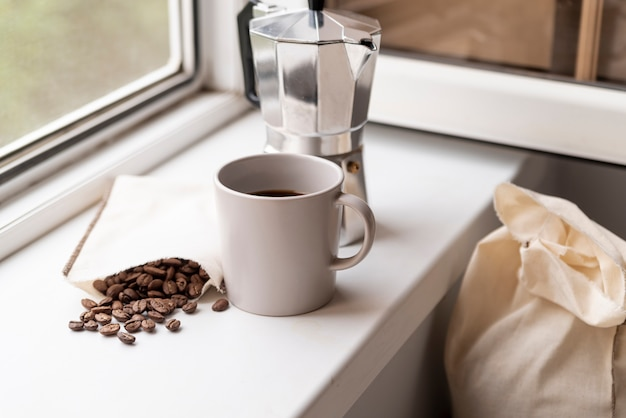 Moderne wohnkultur mit kaffee