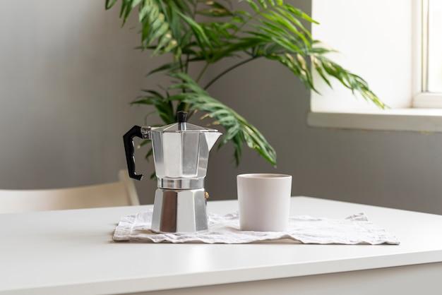 Moderne wohnkultur mit kaffeemaschine