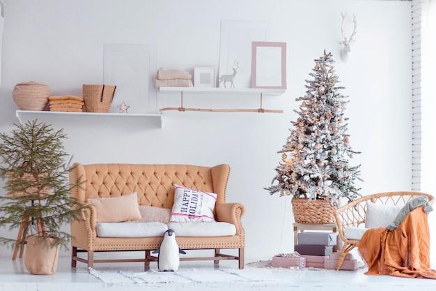 Moderne wohnung mit weihnachtsdekoration
