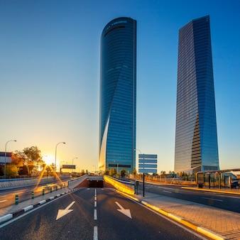 Moderne wolkenkratzer bei sonnenaufgang (cuatro torres) madrid, spanien