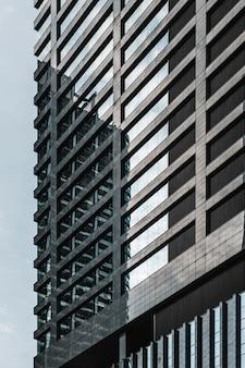 Moderne wolkenkratzer-bürogebäude der nahaufnahme