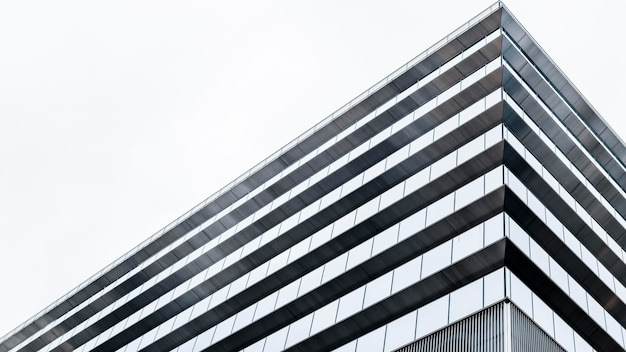 Moderne wolkenkratzer-bürogebäude mit geringer sicht