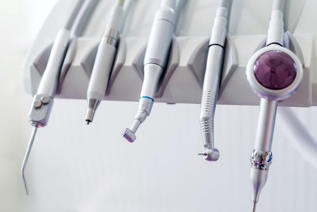 Moderne zahnarztausrüstung zur behandlung in der zahnmedizin