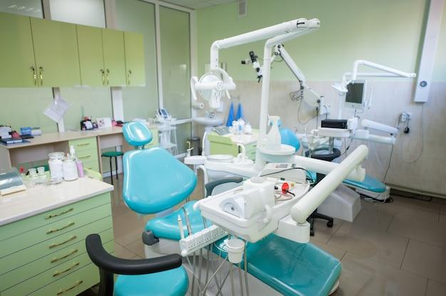 Moderne zahnarztpraxis. behandlungsstühle, ausrüstung