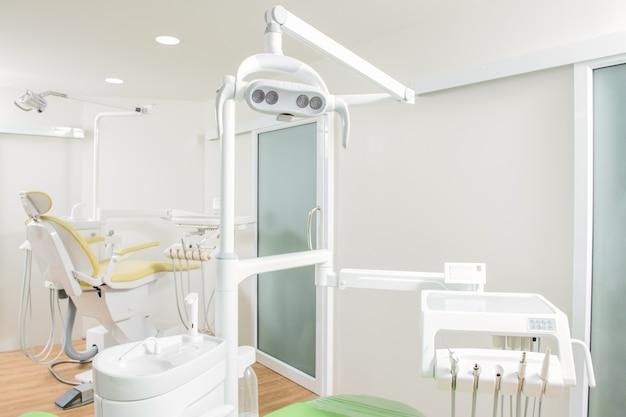 Moderne zahnarztpraxis. behandlungsstuhl und anderes zubehör für zahnärzte