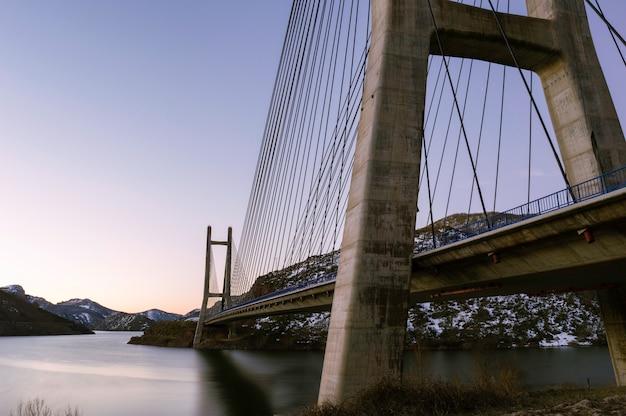 Moderne zementbrückenmaststruktur über klarem blauem himmel.
