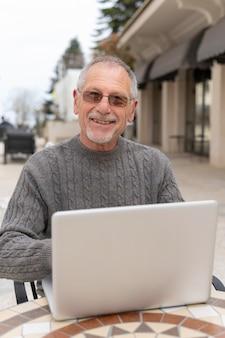 Moderner älterer mann, der in der stadt lebt Kostenlose Fotos
