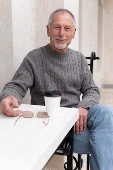 Moderner älterer mann in der städtischen gemeinschaft Kostenlose Fotos