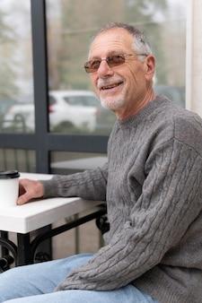 Moderner älterer mann in der städtischen gemeinschaft