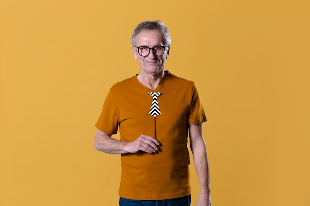 Moderner älterer mann