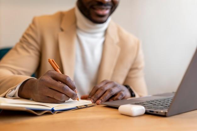 Moderner afroamerikanermann, der in einem kaffeehaus arbeitet