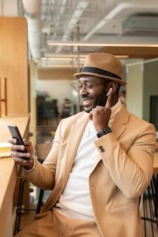 Moderner afroamerikanermann in einem kaffeehaus