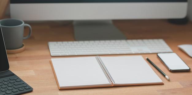 Moderner arbeitsbereich mit büromaterial und desktop-computer