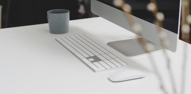 Moderner arbeitsbereich mit desktop-computer und büromaterial