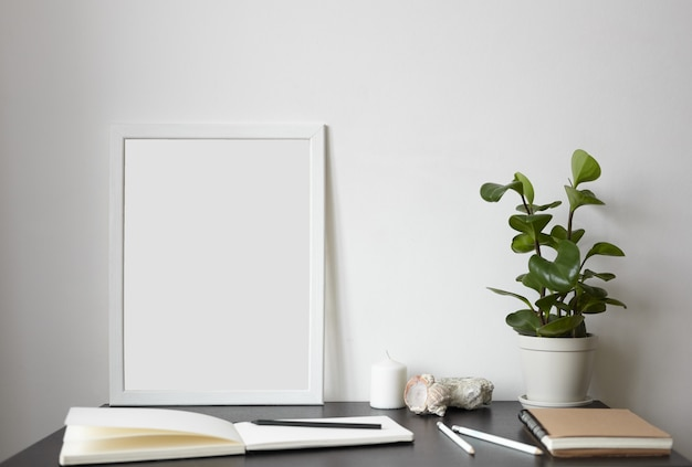 Moderner arbeitsbereich: offenes skizzenbuch mit weißen leeren seiten
