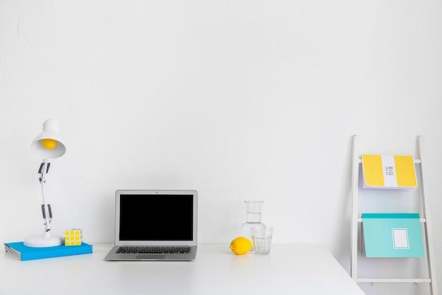 Moderner arbeitsplatz in weißer farbe mit blauen und gelben details