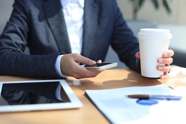 Moderner arbeitsplatz mit digitalem tablet-computer und handy