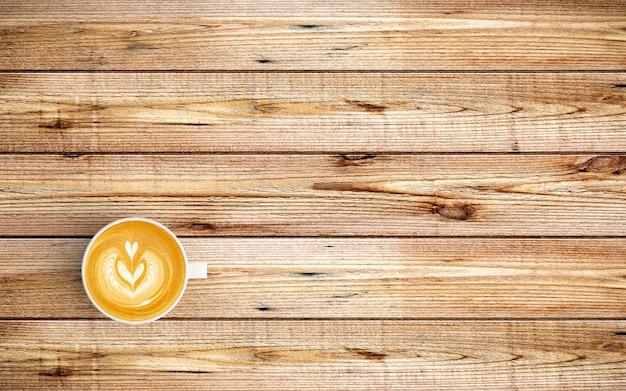Moderner arbeitsplatz mit kaffeetasse auf holz