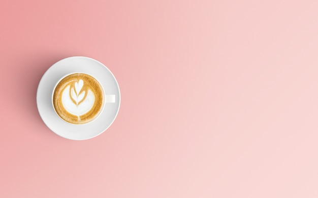 Moderner arbeitsplatz mit kaffeetasse auf rosa farbe