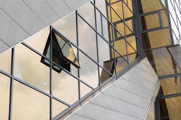 Moderner architekturgeometriebau mit glasgebäudefassade