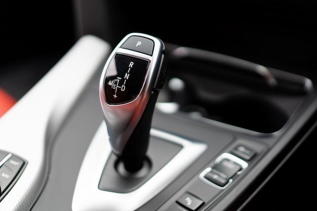 Moderner automatischer schalthebel (schalthebel) im modernen autoabschluß oben.