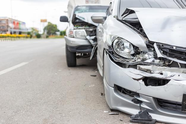 Moderner autounfall, der zwei autos auf der straße in thailand mit einbezieht