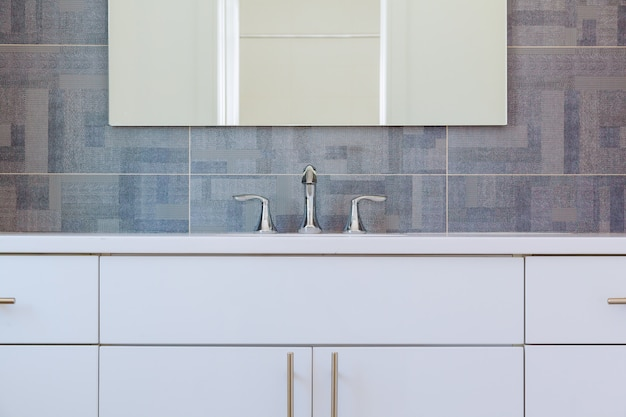 Moderner badezimmerinnenraum aus granit mit minimalistischem waschbecken und badewanne