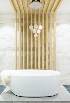 Moderner badezimmerinnenraum mit minimalistischer dusche und beleuchtung