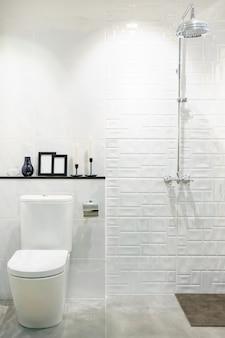 Moderner badezimmerinnenraum mit modernem aufsatzbecken, toilette und spiegel