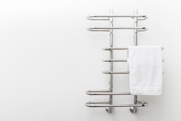Moderner badezimmertuchtrockner auf weißer wand