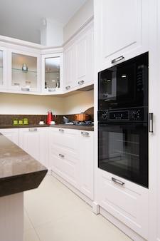 Moderner beige kücheninnenraum