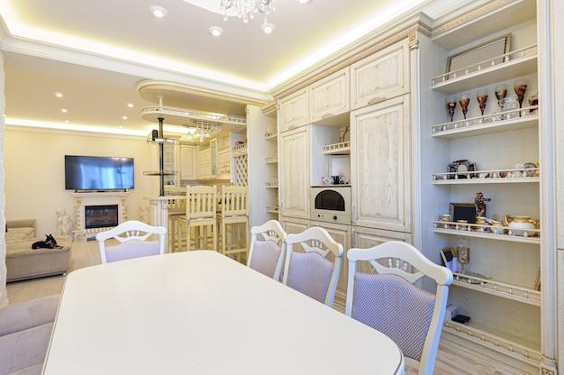 Moderner beige küchenluxusinnenraum